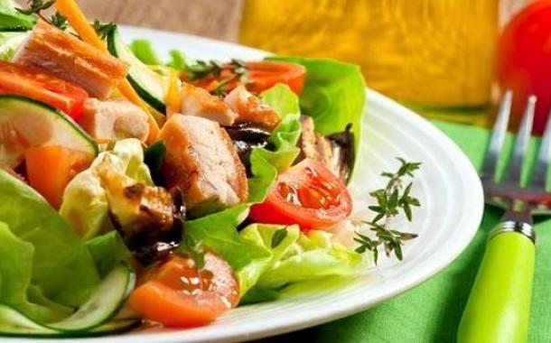 سلطة الدجاج على الطريقة اليونانية جربيها معنا