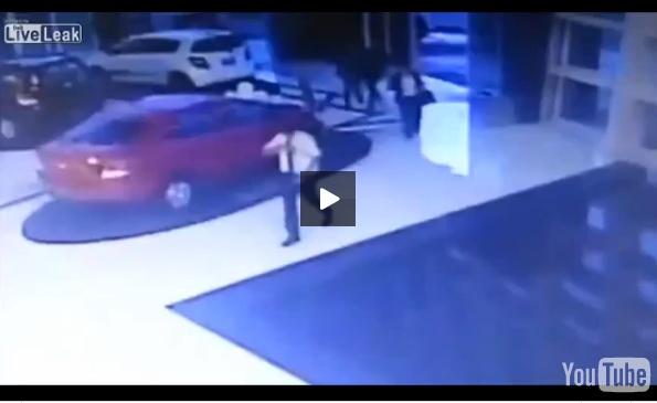 بالفيديو: سيدة تسقط في بركة مياه وهي منشغلة بهاتفها النقال