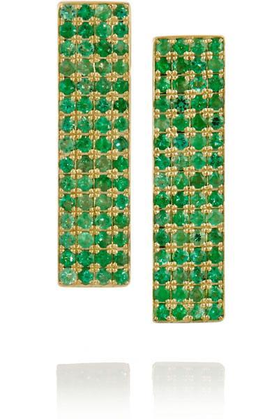 أقراط طويلة ذهبية مرصعة بفصوص خضراء برّاقة من توقيع جنيفر ماير Jennifer Meyer.