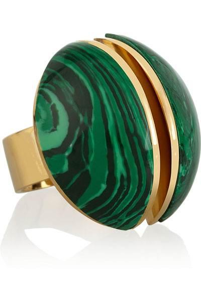 مجوهرات مطعمة باللون الأخضر لإطلالة باهرة