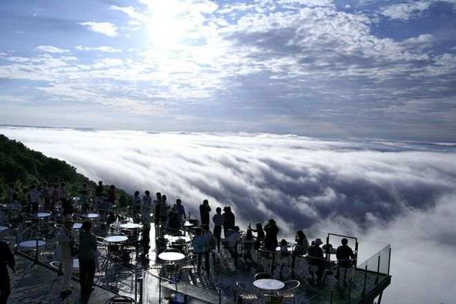 صور منتجع في اليابان فوق السحاب