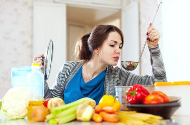 النفخ على الطعام عادة تتكرر دائماً لنتعرف على اضرارها