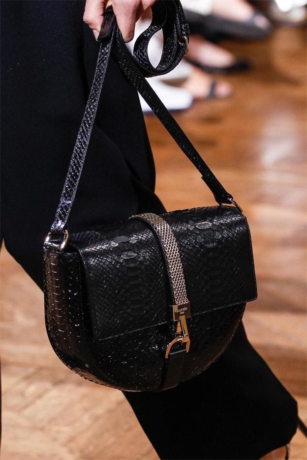 حقائب باللون الأسود